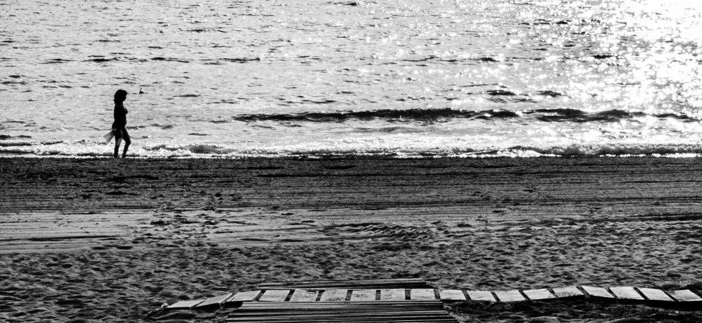 caminar por la orilla de la playa